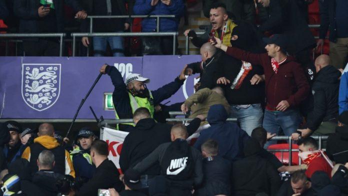 เดือดอีก! แฟนบอลฮังการี ปะทะ ตำรวจอังกฤษ ที่เวมบลีย์ ทีมชาติ